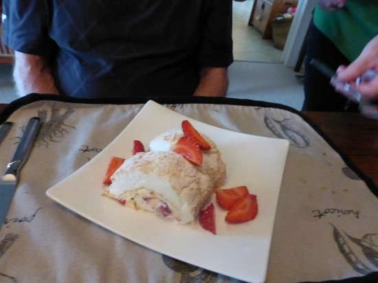 Kamahi Cottage: scrumptious dessert prepared by Liz