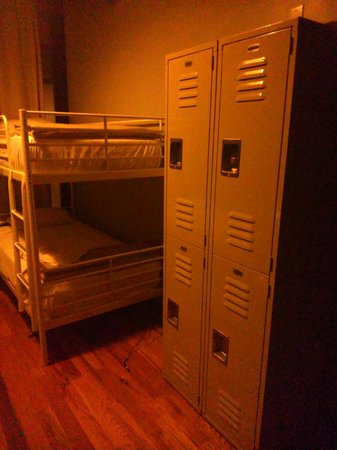 Q4 Hotel : Lockers in the room