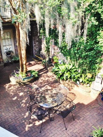 Savannah Bed & Breakfast Inn: Looking down at one of the courtyards between the front units and the carriage houses.