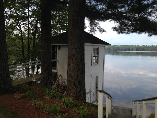 Wolf Cove Inn: lovely lake