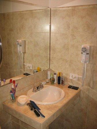 Kamana Hotel: El baño