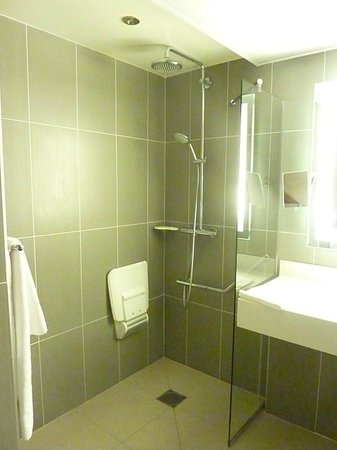 Hôtel Mercure Arras Centre Gare : Shower room.