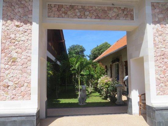 Aquarius Beach Hotel Sanur: nice garden