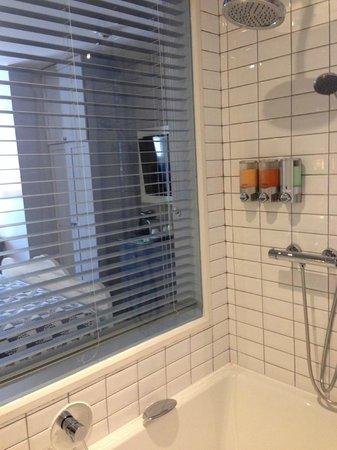 Auberge Place D'Armes: Great shower!
