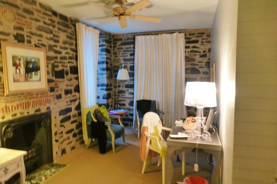 Auberge Place D'Armes : Great roominess!