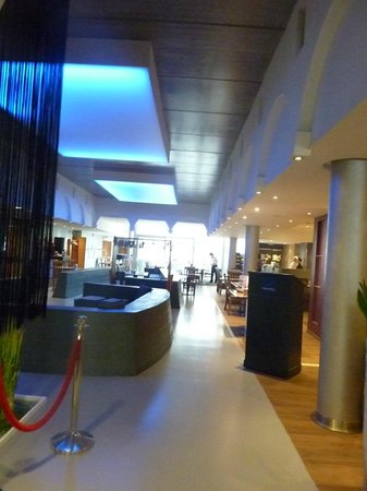 Novotel Ieper Centrum : Around the lobby area heading toward dining area