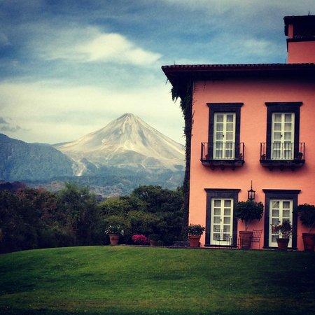 Hacienda de San Antonio: vista desde jardines hacia el Volcan