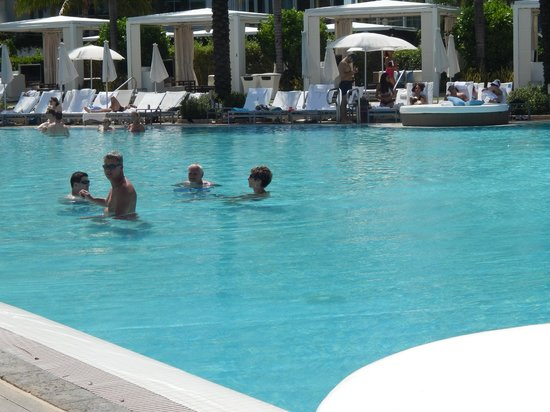 Fontainebleau Miami Beach: Zona de Piletas