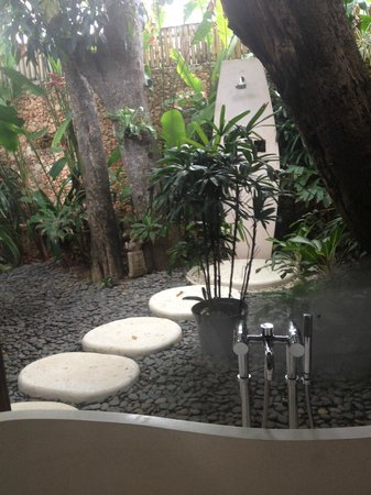 LataLiana Villas: Alfresco showering