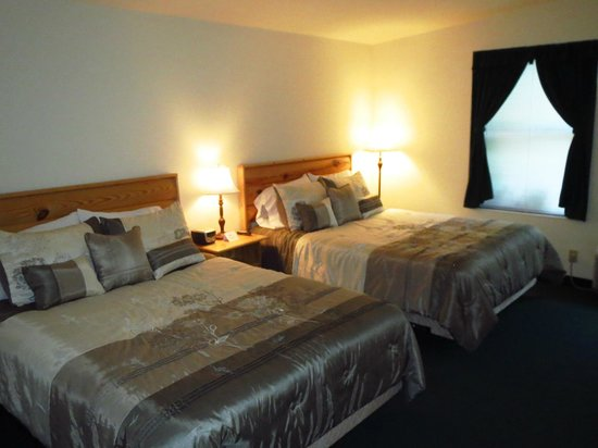 Country River Inn: Double beds with lots of pillows