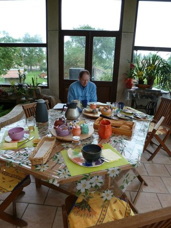 Les châlets de Noé : Amazing breakfast with Mme's beautiful pottery