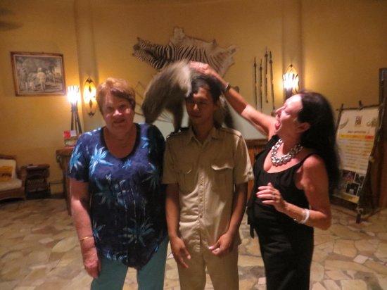 Mara River Safari Lodge : animal interaction in the foyer