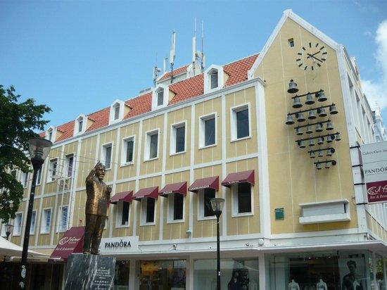 Punda: Estatua en homenaje al primer ministro de las Antillas Holandesas.