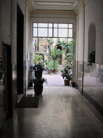 San Daniele Bundi House : Hallway to common area and then hotel building