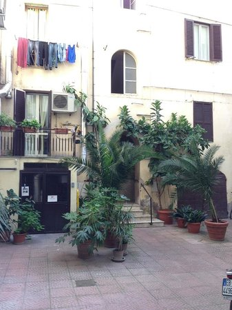 San Daniele Bundi House : Common area and entrance to hotel building (in the middle)