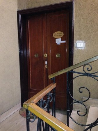 San Daniele Bundi House : Hotel entrance in third floor - no elevator