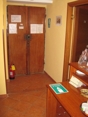 San Daniele Bundi House : Hotel door from the inside and central common area where items that can be used by guest are loc