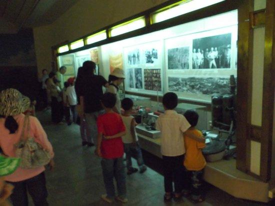 Museo de Historia Militar de Vietnam: 展示物…子どもが多い。こうして常日頃から歴史に関して知識を増やしていると思われます。