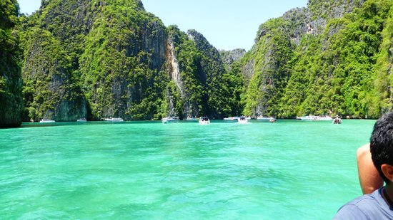 Phi Phi Islands: Phi Phi Island tourist boats mooring at beach