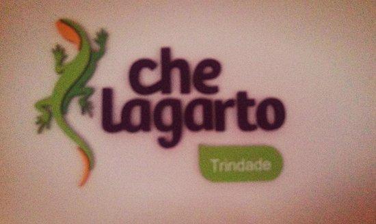 Che Lagarto Hostel Paraty: Logotipo do hostel no balcão de atendimento