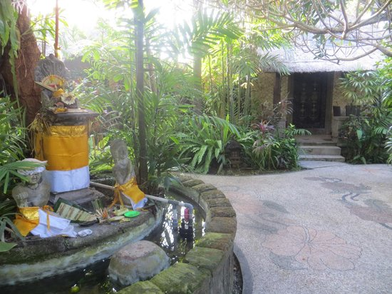 Tonys Villas & Resort : small temple in the grounds