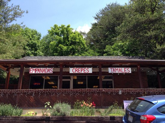 Cecilia's Kitchen: Restaurant front from parking lot