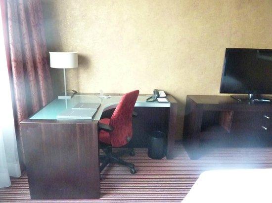 Hilton Amsterdam: Desk in my room