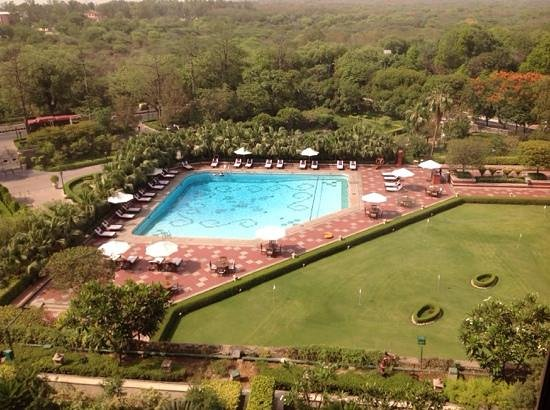 Taj Palace Hotel : Pool and putting green