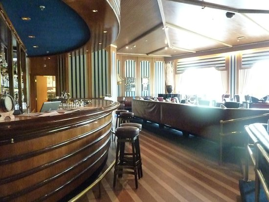 Hilton Amsterdam: The fancy bar in the hotel