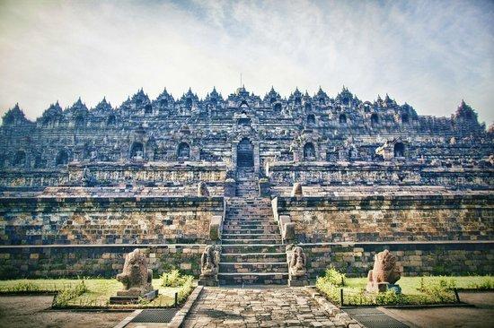 borobudur-temple-७-अजूबों-में-शामिल-करने-लायक-है-ये-जगहें-फिर-भी-नहीं-है-शामिल