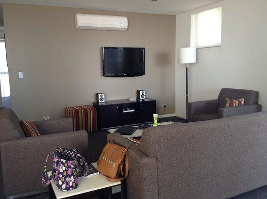 Meriton Serviced Apartments - Broadbeach: Living Area