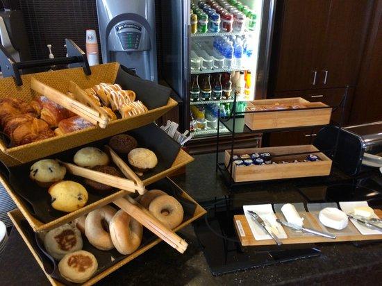 Grand Hyatt Denver Downtown: Club Lounge Breakfast