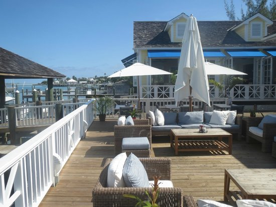 Valentines Resort and Marina : Valentines patio by the bar