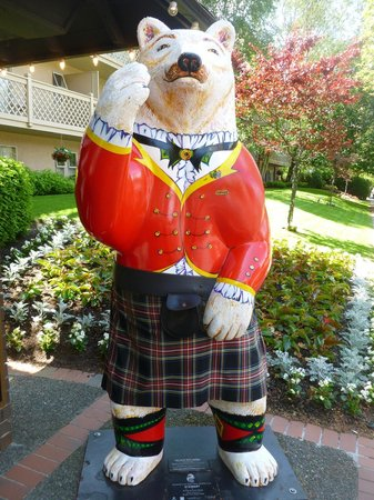 Royal Scot Hotel & Suites: Mascot in front of hotel.
