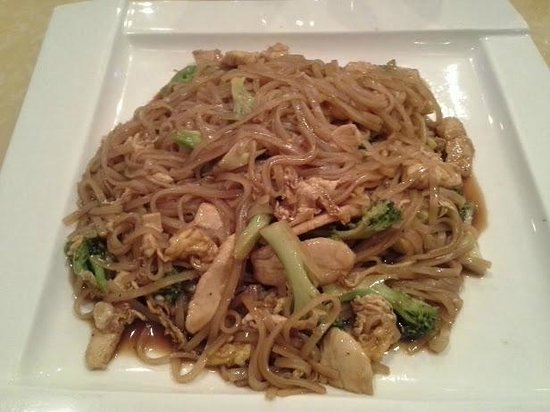 Sakura Japanese Steak House & Sushi: Pad See Su with Chicken