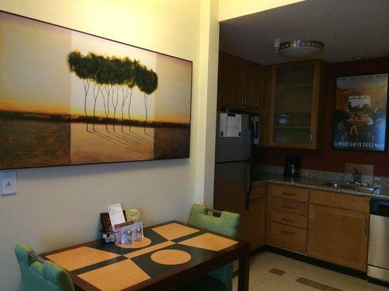 Residence Inn Waynesboro: table