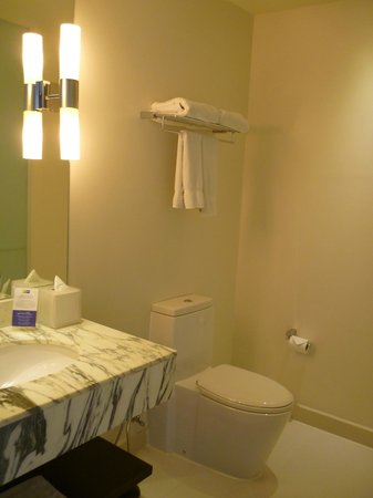 Holiday Inn Express Bangkok Siam : Bathroom.. a spacious one