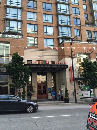 L'Hermitage Hotel: マンションのようなエントランス