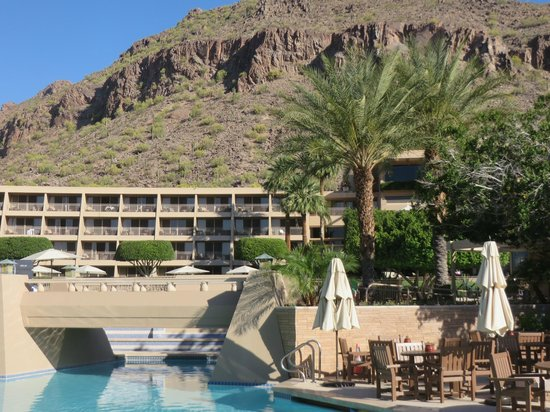 The Phoenician, Scottsdale : Looking towards the hotel and Camelback Mtn