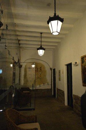 Casa Andina Premium Cusco : Pasillo de recepción y bar