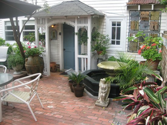 B&W Courtyards: Charming grounds; you're living like a New Orleanian