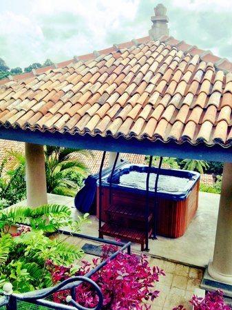 Villa Mayurana by Edwards Collection: Hot tub overlooking the cinnamon estate