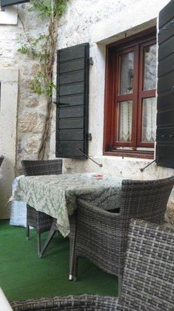 Hotel Monte Cristo: 朝食は中庭のテラス席で