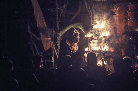 Kecak Fire & Trance Dance (Pura Dalem Taman Kaja): Kecak Fire & Trance Dance - Ubud - Bali - Indonesia - Wandervibes - fire chandelier