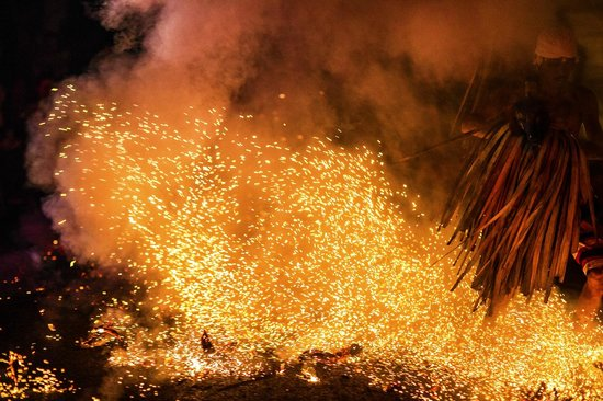 Kecak Fire & Trance Dance (Pura Dalem Taman Kaja): Kecak Fire & Trance Dance - Ubud - Bali - Indonesia - Wandervibes - flaming embers