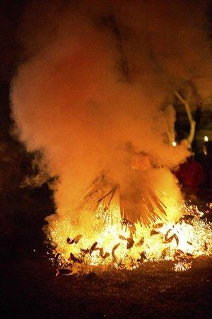 Kecak Fire & Trance Dance (Pura Dalem Taman Kaja): Kecak Fire & Trance Dance - Ubud - Bali - Indonesia - Wandervibes - flaming and smoking embers