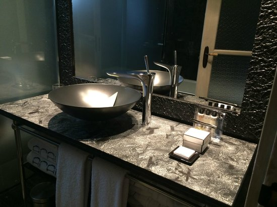 Aparthotel Arai: Modern bathroom with rainshower