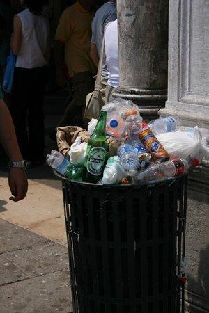 Locanda Ca' San Marcuola : Nearby- Someone needs a recycling bin