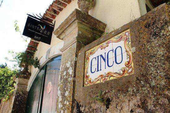 Cinco Bed & Breakfast: Entrance from Street