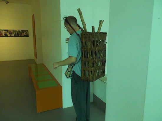 Vietnamese Women's Museum: 当時の女性が背負っていたものを背負う事が体験できます(割と重いです)